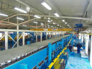 Dùng máy ép chạy qua để tăng độ thẳng và kết dính trong sản xuất tấm panel xốp cách nhiệt.