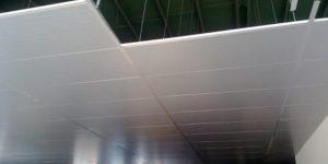 Ứng dụng tấm panel xốp cách nhiệt làm trần thả nổi nhà xưởng.