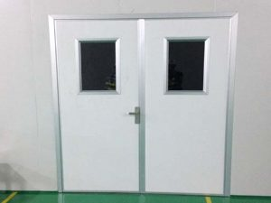 Cửa trược panel trong thi công kho lạnh.