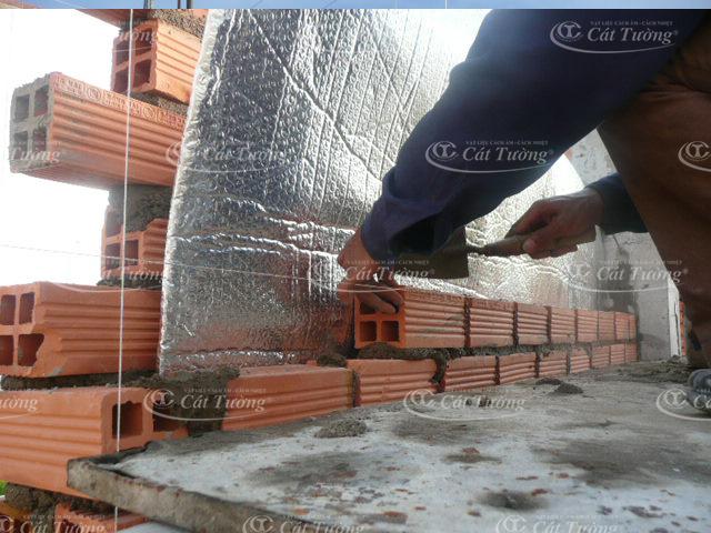 Xây tường cách nhiệt chống nóng bằng tấm cách nhiệt mái tôn