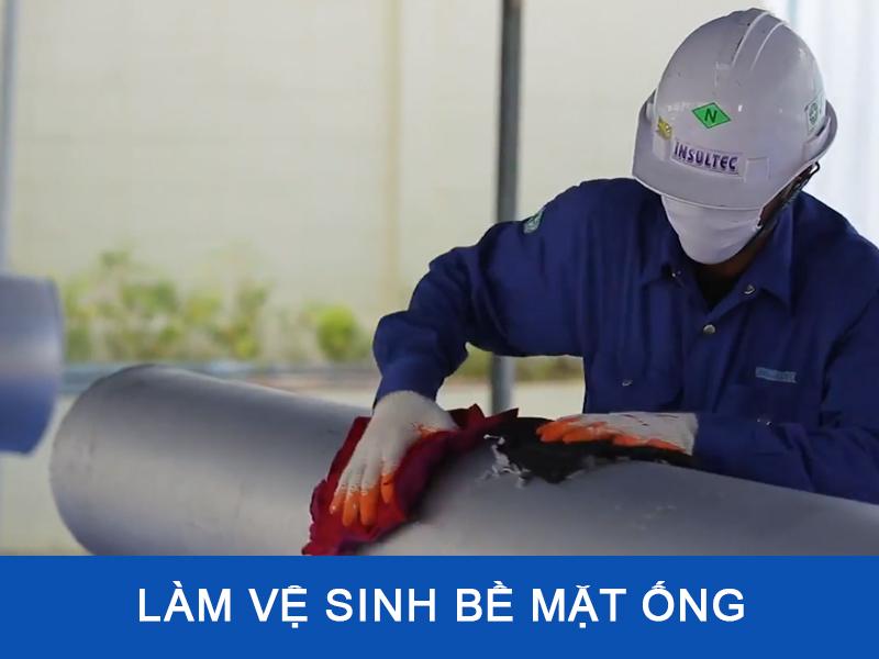 Làm vệ sinh bề mặt ống trước khi thi công bảo ôn