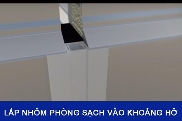 Lắp nhôm phòng sạch vào khoảng trống giữa 2 tấm panel xốp cách nhiệt